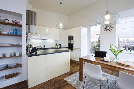 Kuchyň s pracovní plochou otevřenou do prostoru umožňuje během vaření