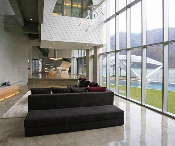 Interiér domu je spojitý protáhlý prostor členěný rozdílnou výškou podlah. Je