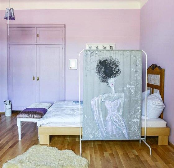 V ložnici zůstala zachovaná stará vestavěná skříň. Stačilo ji jen přelakovat
