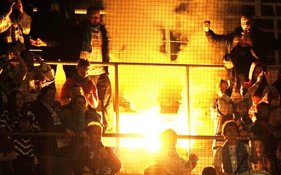 Chomutovští fanoušci reagují na sestup jejich klubu z extraligy ohněm v...