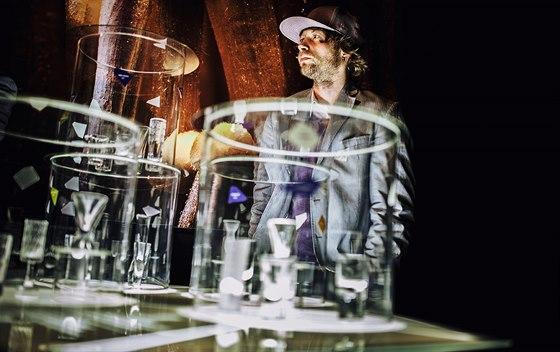 Design�r Adam Ture�ek na v�stav� designov�ch becherek v Galerii St�edo�esk�ho kraje