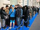 V Paříži při zahájení prodeje nového Samsungu Galaxy S5 stáli zákazníci v...