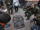 Majdanská domobrana buší do kovového potrétu Lenina, který zabavila v sídle...