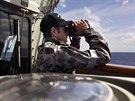 Člen posádky australské lodi HMS Success pátrá po troskách ztraceného boeingu...