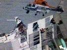 Korejští záchranáři spěchají na pomoc pasažérům potápějícího se trajektu Sewol...