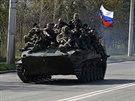 Transportéry s ruskou vlajkou nedaleko Kramatorska na východě Ukrajiny (16....
