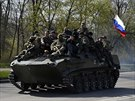 Transportér s ruskou vlajkou nedaleko Kramatorska na východě Ukrajiny (16....