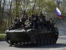 Transport�r s ruskou vlajkou nedaleko Kramatorska na v�chod� Ukrajiny (16....