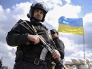 Ukrajinsk� policista hl�dkuje u silnice na neklidn�m v�chod� zem� (16. dubna...