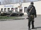 Neoznačení ozbrojenci v centru Slavjansku. Na transportérech mají vlajku Ruska...