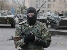 Neoznačení ozbrojenci v centru Slavjansku. Na jejich transportérech je vidět...
