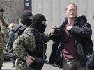 V centru Slavjansku neoznačení ozbrojenci napadli fotografa listu Kommersant...