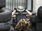 Stoupenec Moskvy p�ed obsazenou budovou radnice v Don�cku (16. dubna 2014)