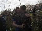 Ukrajinský voják u Kramatorsku se objímá s jedním z místních obyvatel (17....