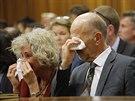 Strýc a teta Oscara Pistoriuse pláčou u soudu v Pretorii 16. dubna 2014)