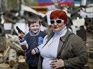 Obyvatelé Slavjansku obhlíží barikády před obsazenou budovou místních úřadů...