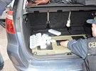 V osobním autě našli celníci téměř tři stovky kartónů neokolkovaných cigaret