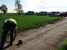 Kriminalisté ohledávají místo podél ulice K Netlukám v pražské Uhříněvsi, kde