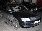 Vozidlo jednoho ze zast�elen�ch taxik���, kter� na�li policist� zaparkovan� v