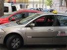 Vozidlo Renault s rozbitým bočním okénkem jednoho ze zastřelených taxikářů...