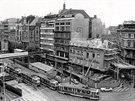 1975: Václavské náměstí v oblasti na Můstku. Právě se zde staví metro. Baťův...