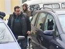 Policisté kontrolují automobily poničené při noční střelbě v Krnově.