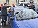 Policisté kontrolují automobily poničené při noční střelbě v Krnově. Poškozená...