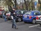 Majitelé ke svým vozům nesměli, byly stále odděleny policejní páskou.