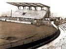 Stavba tribuny. Na hřišti se už hrálo, současná hlavní tribuna teprve vznikala.