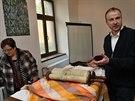 Správce synagogy Jan Stejskal nad zatím nerozbaleným svitkem Tóry.