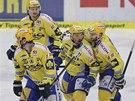 Zlínští hokejisté oslavují vstřelenou branku v šestém semifinále play-off proti