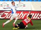 Ostravskému Vojtěchu Štěpánovi (vlevo) skáče pod nohy Milan Heča, gólman