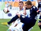 Před ostravským útočníkem Václavem Svěrkošem odkopává míč Patrik Šimko ze