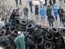 Proruští demonstranti na barikádách, které obklopují regionální úřad Doněcku