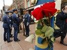 Na památku obětí nosili lidé na místo útoků i květiny (15. dubna)
