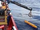 Posádka australské válečné lodi Ocean Shield spouští automatické podmořské...