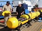 Technici kontrolují stav podmořského plavidla Bluefin-21 předtím, než bude...