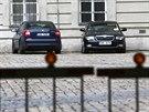 Automobily zaparkované ve dvoře budovy České pošty v ulici Politických vězňů v...