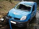 Poštovní Renault Kangoo v horském potoku v beskydské obci Krásná poté, co vůz...