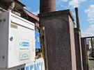 Schránka hnutí Úsvit na plotu u vstupu do továrního areálu, kde hnutí v...