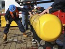 Snímek zachycuje usazování malé ponorky Bluefin - 21 na palubu ausralské lodi,...