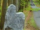 Každý ze skoro dvoumetrových menhirů symbolizuje jednu bolest moderního člověka.