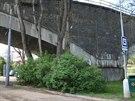 Podnapilý muž se na zastávce Obřany rozhodl střílet na strom a mostní pilíř. V...