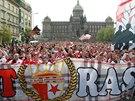 Fanou�ci fotbalov� Slavie pochoduj� V�clavsk�m n�m�st�m v Praze p�ed derby se...
