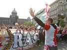Fanoušci fotbalové Slavie pochodují Václavským náměstím v Praze před derby se...