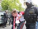 Policisté zadrželi na Václavském náměstím v Praze jednoho z fanoušků Slavie...