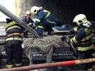 Kamion se v pražské Bohdalecké ulici nevešel pod viadukt. (14. dubna 2014)