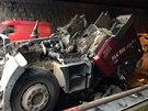 Kamion se v pra�sk� Bohdaleck� ulici neve�el pod viadukt. (14. dubna 2014)