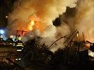 Požár skladovací haly v Olomouci-Chválkovicích. (18. dubna 2014)