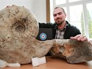 Vedouc� brn�nsk� antarktick� v�pravy Pavel Kapler ukazuje �lovky z leto�n� expedice - zkamen�liny zvan� amonity.